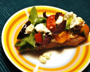 Crostini_w_Red_Pepper_Tzatzik_Greek_Salad_03